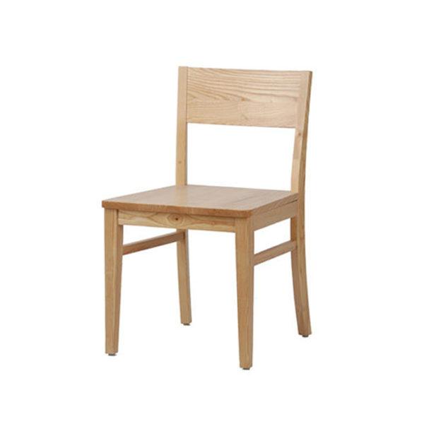Ghế gỗ kiểu truyền thống, vẫn giữ được bản chất của riêng mình.